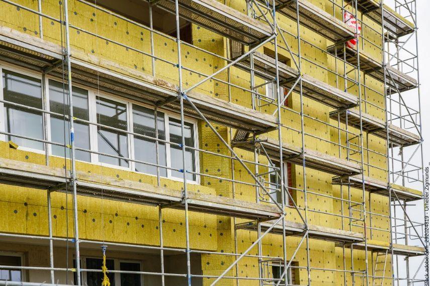 Inhaltsversicherung - Über ein Gerüst an einem Gebäude können potenzielle Einbrecher leichter durch höher gelegene Fenster und Türen in den versicherten Betrieb einsteigen